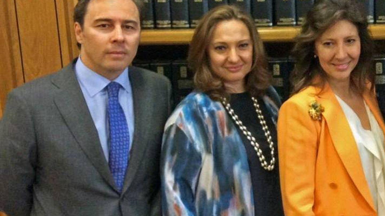 Dimas Gimeno y las hijas de Isidoro Álvarez, Marta y Cristina. (Fundación Ramón Areces)