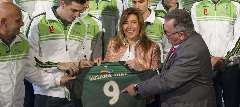 Foto: La presidenta de la Junta de Andalucía, Susana Díaz, y el presidente del Unicaja Voleibol Almería, Ramón Sedeño. (EFE)