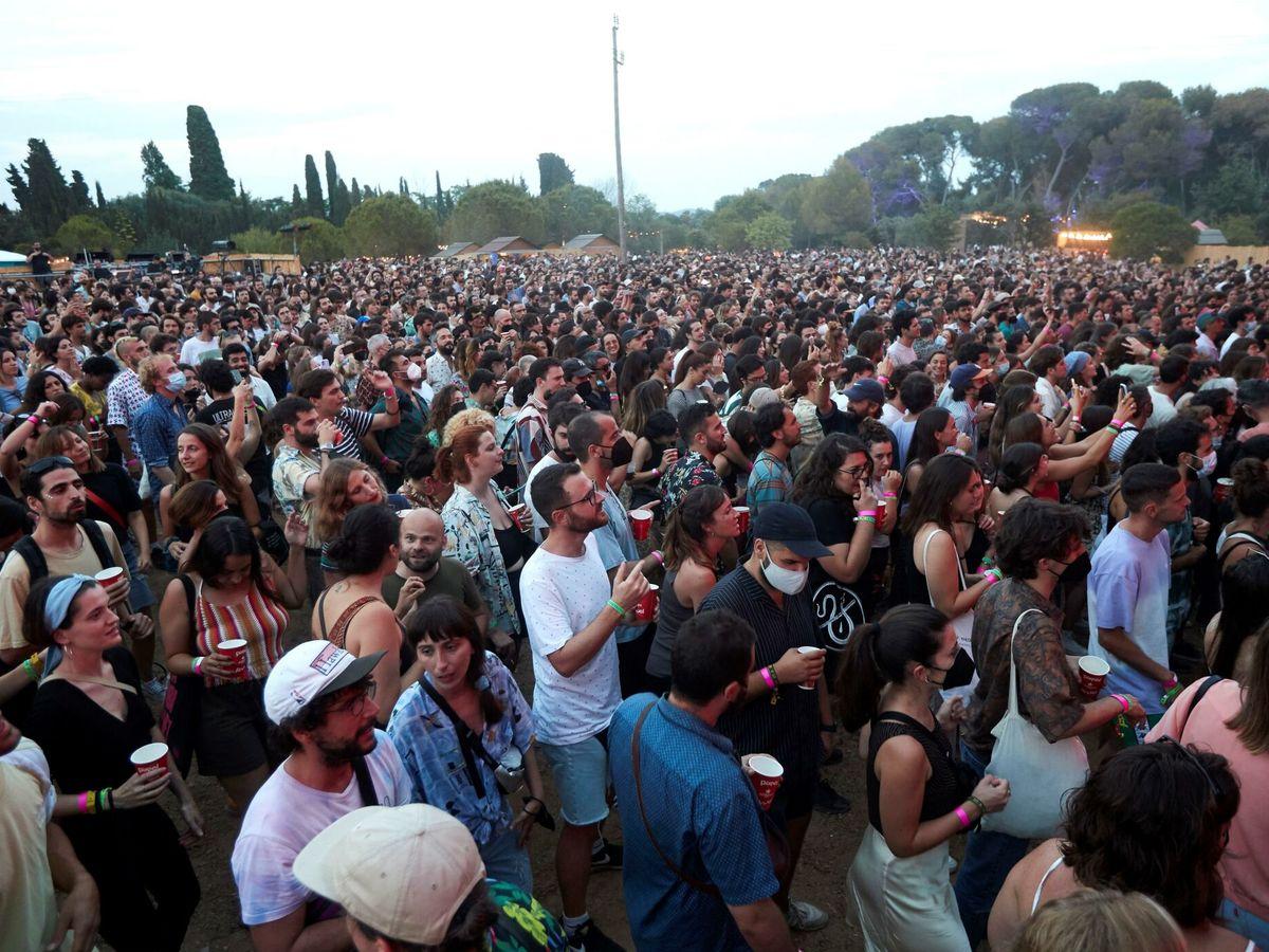 Foto:  Asistentes a la última jornada del Vida'21, el primer festival multitudinario que se celebra en España tras la pandemia. (EFE)