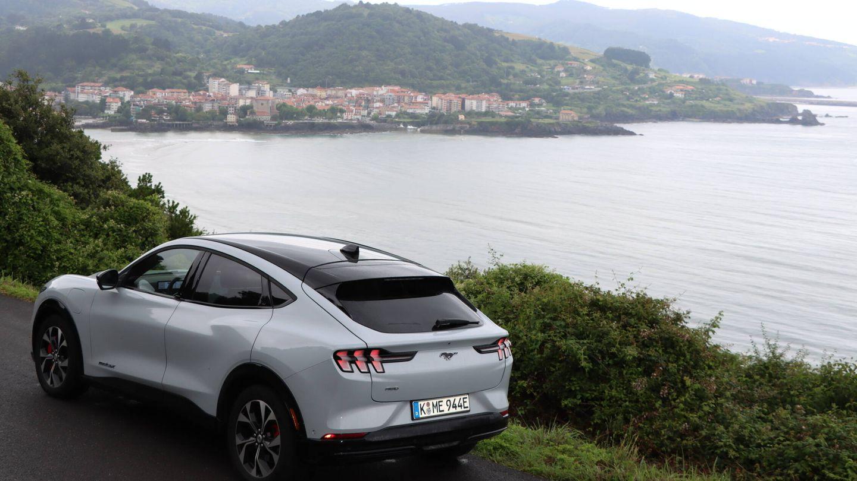 En el litoral cantábrico situado al este de Bilbao alternamos carreteras de costa con otras que trepan hacia los densos bosques del interior.