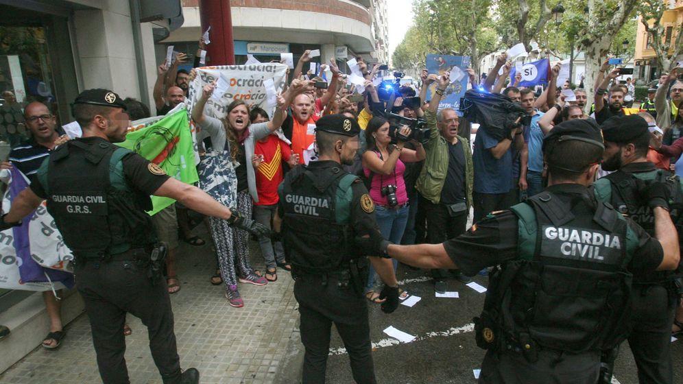 Foto: Varios guardias civiles, increpados en el registro al semanario 'El Vallenc'. (EFE)