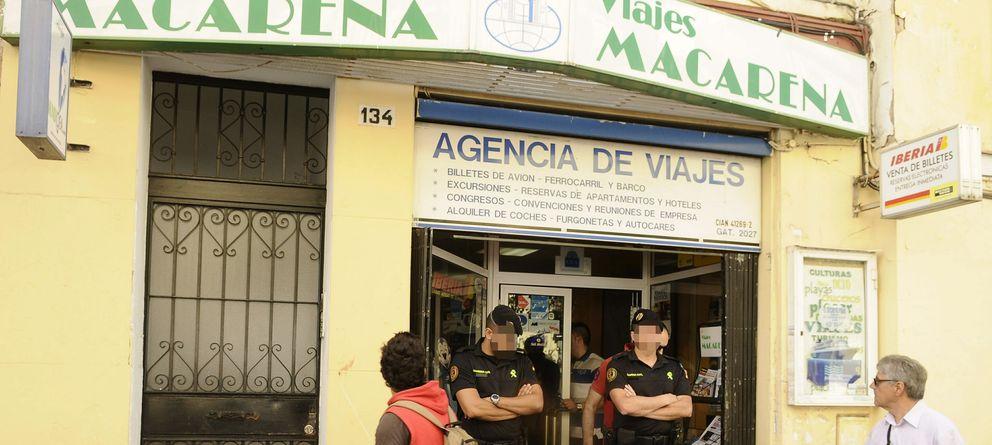 Foto: La Guardia Civil durante el registro de una agencia de Viajes en la calle Feria de Sevilla (Efe)