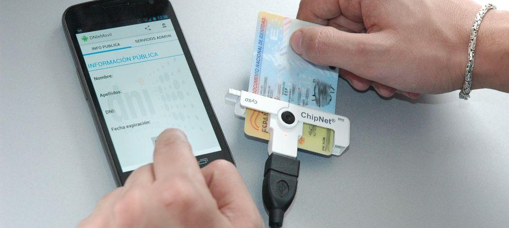 Foto: Imagen del DNI electrónico junto a un lector para móviles Android (Inteco)