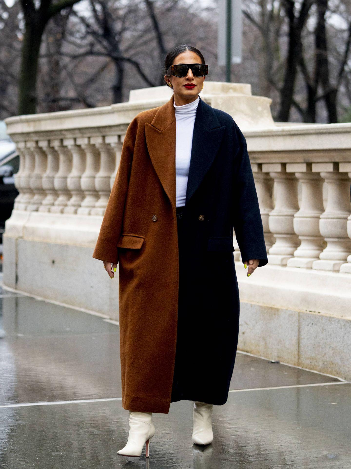 Un abrigo oversize bicolor. (Imaxtree)