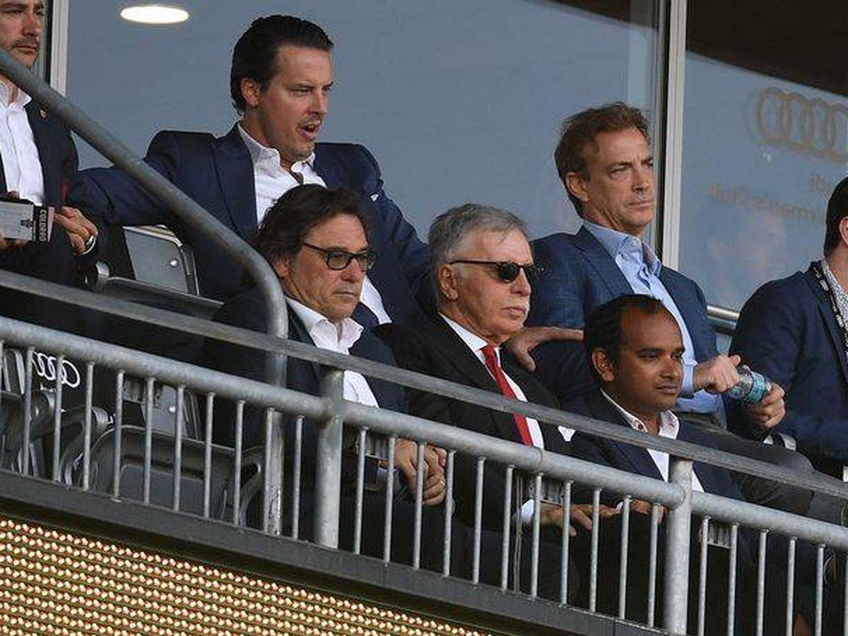 Foto: Raül Sanllehí, sentado a la derecha de Stan Kroenke, propietario del Arsenal FC, durante un partido. (Foto Arsenal FC)