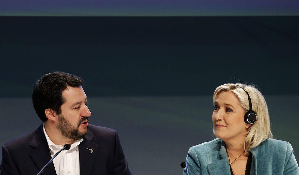 Foto: Marine Le Pen conversa con Matteo Salvini durante la conferencia Una Europa de Naciones y Libertad, en Milán. (Reuters)