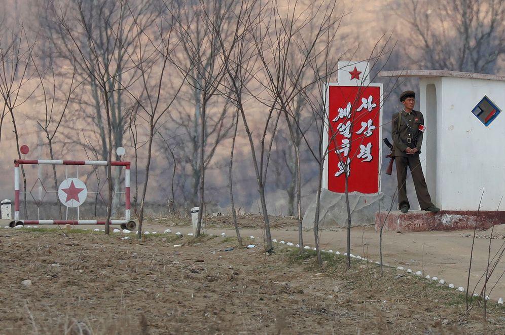 Foto: Un soldado norcoreano vigila en una garita en las orillas del río Yalu, Corea del Norte, en abril de 2017. (Reuters)