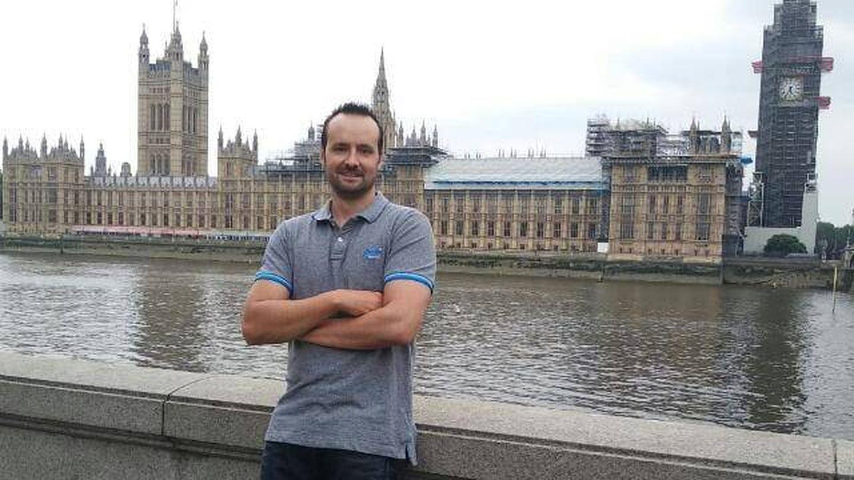 Fernando Casanova con su uniforme de trabajo en Londres. (Foto cedida)