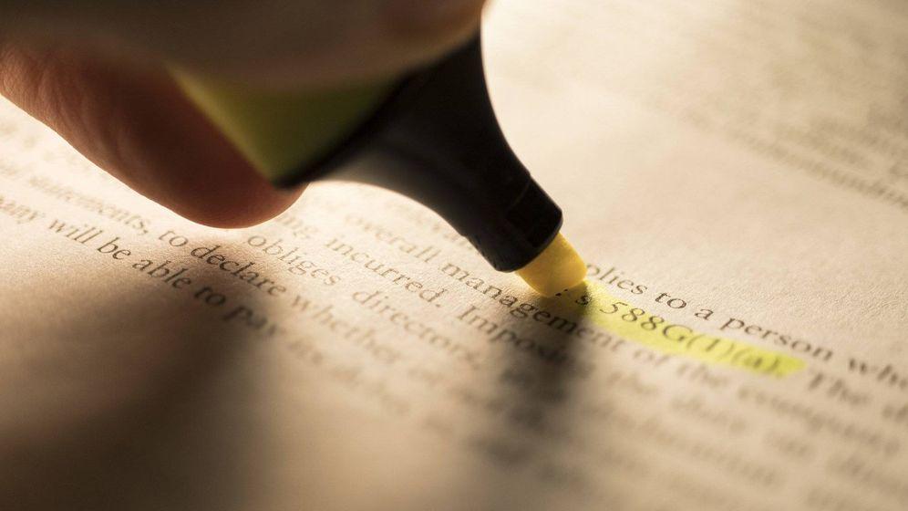 Foto: Un estudiante subraya un texto jurídico. (Pixabay)