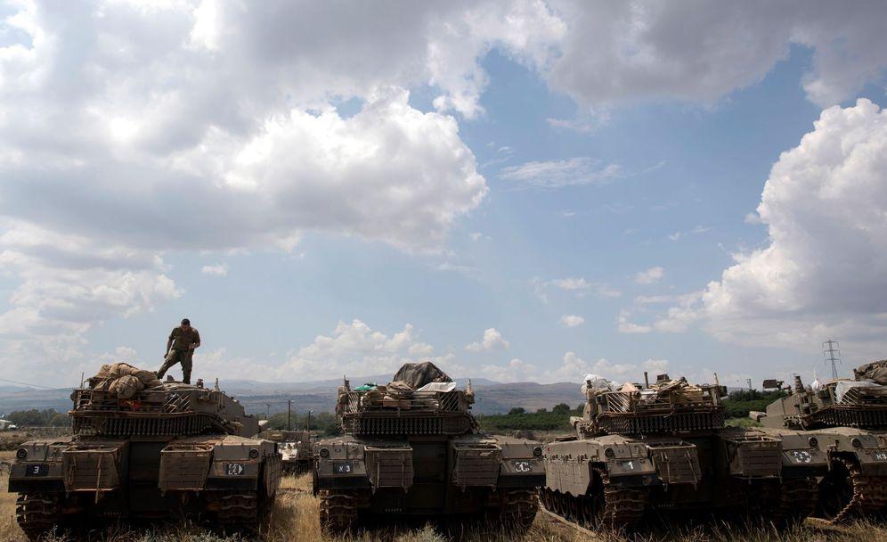Foto: Tanques israelíes Merkava son desplegados cerca de la frontera entre Israel y Siria, en Altos del Golán, el 9 de mayo. (EFE)