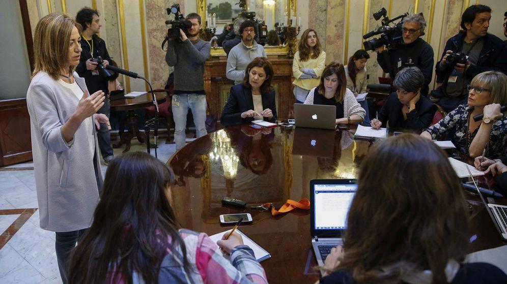 Foto: Carme Chacón, explicando los motivos de su renuncia a encabezar la lista de Barcelona, este 28 de abril en el Congreso. (EFE)
