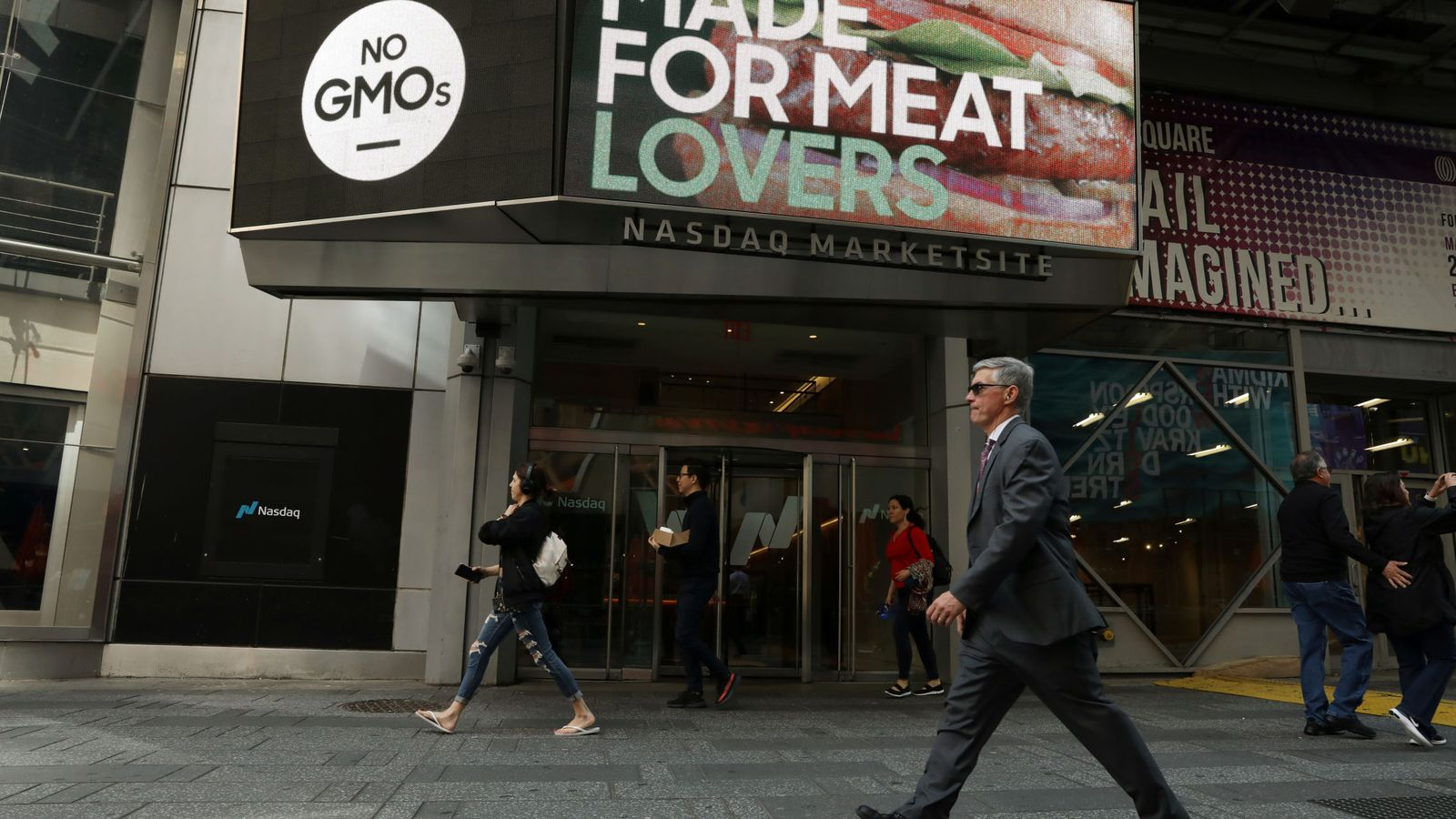 Foto: Un anuncio de Beyond Meat. (Reuters)