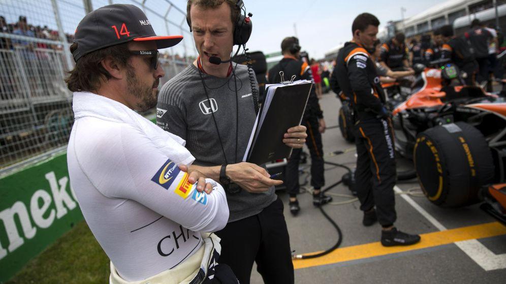 Foto: Fernando Alonso, junto a su ingeniero en la parrilla del GP de Canadá. (EFE)
