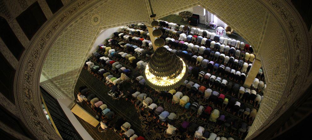 Foto: Musulmanes rezan en el segundo día del ramadán en una mezquita de la ciudad de Fuengirola, cerca de Málaga (Reuters).