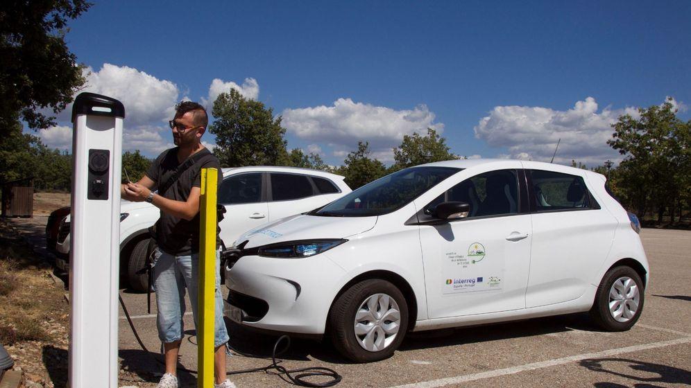 Foto: Un hombre cargando su coche eléctrico. (EFE)
