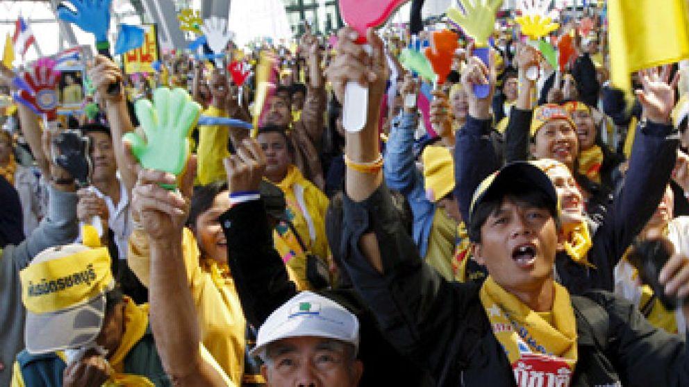 La justicia tailandesa inhabilita al primer ministro y disuelve los tres partidos gobernantes