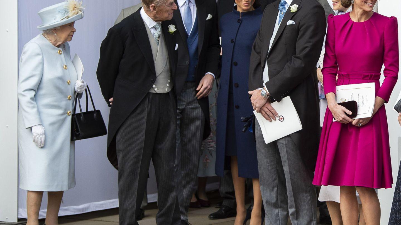 Los duques de Sussex, con los Windsor en la boda de Eugenia de York. (EFE)