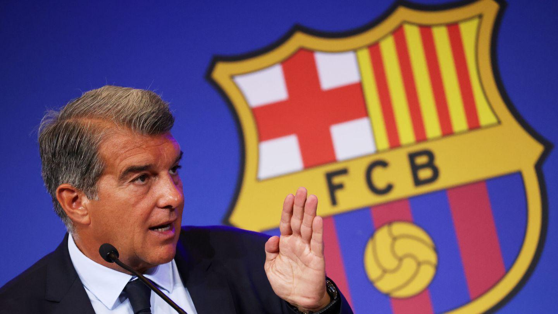 Laporta pretende reducir la masa salarial en 200 millones de euros. (Reuters)