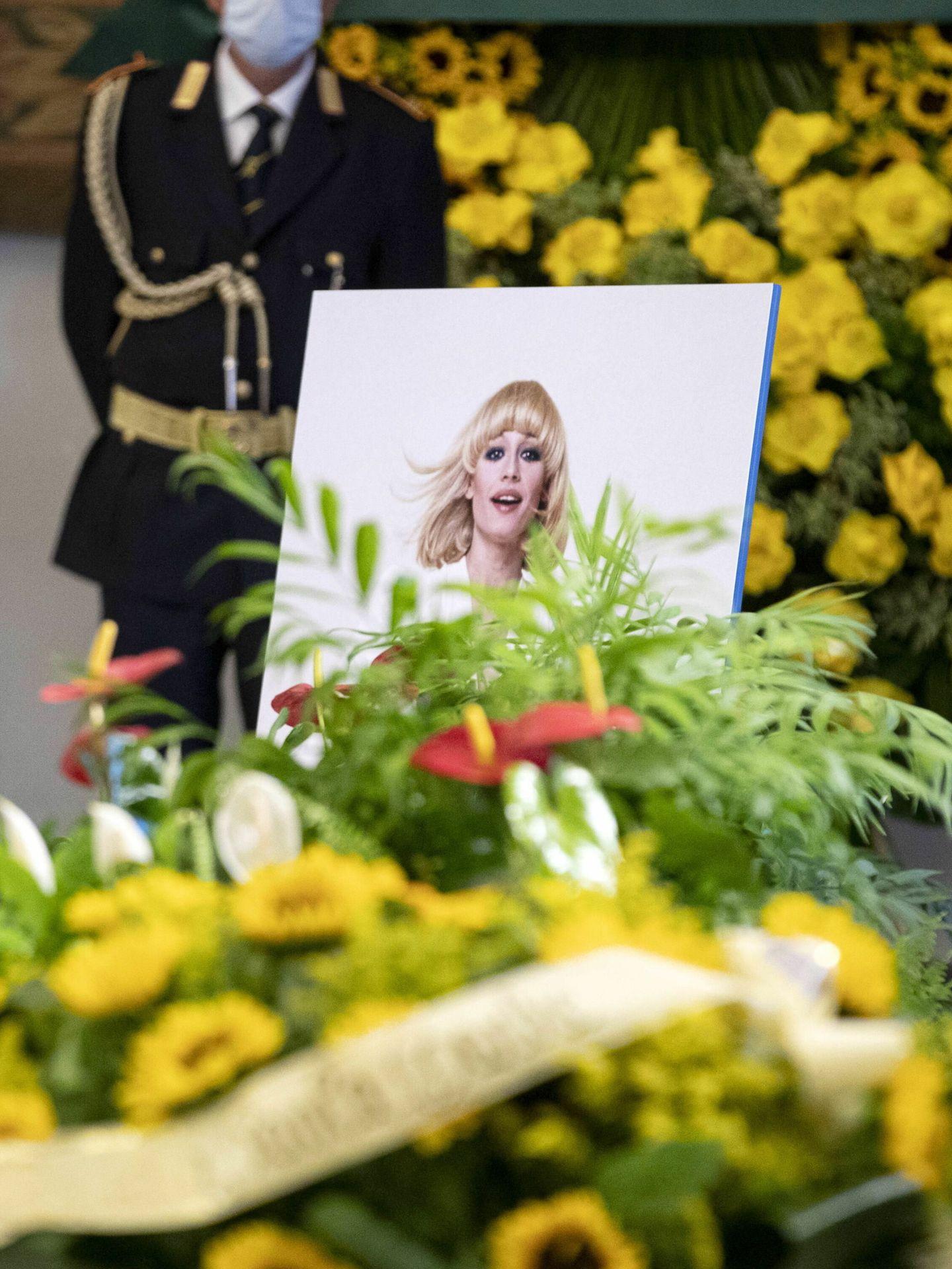 El féretro de Raffaella Carrà, cubierto de flores y con una imagen de la artista. (Reuters)