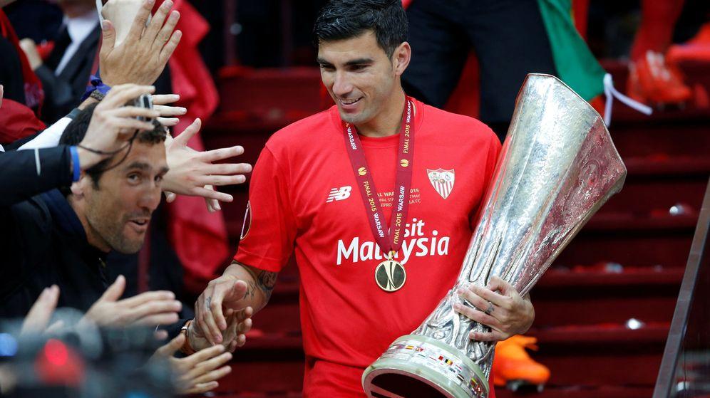 Foto: Jose Antonio Reyes celebra la Europa League que ganó con el Sevilla. (Reuters)