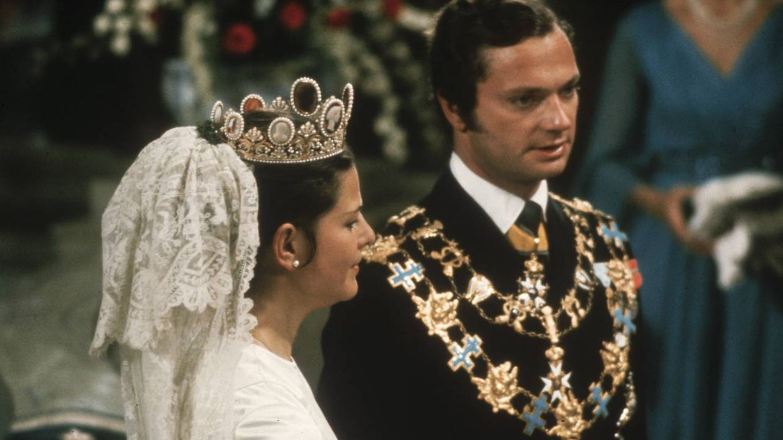 La boda de los reyes de Suecia, cargados de joyas, en 1976. (Getty)