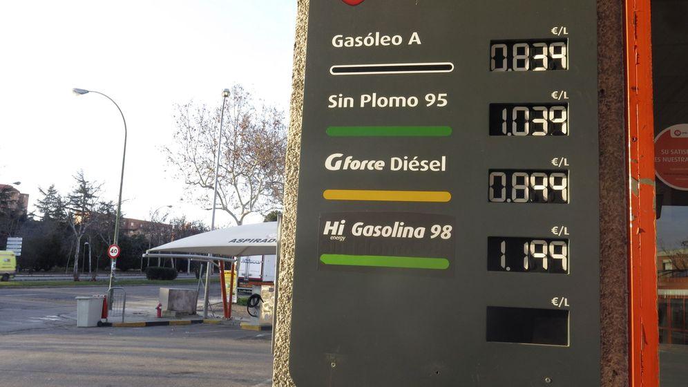 Foto: Una gasolinera mostrando la bajada de precios del crudo en 2016. (EFE)