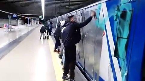 Así destroza un grupo de grafiteros un tren del Metro de Madrid