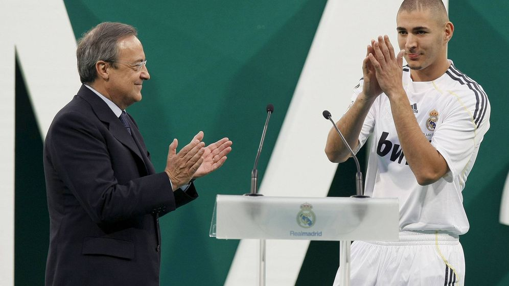 Foto: Florentino Pérez aplaude a Benzema durante su presentación como jugador del Real Madrid. (EFE)