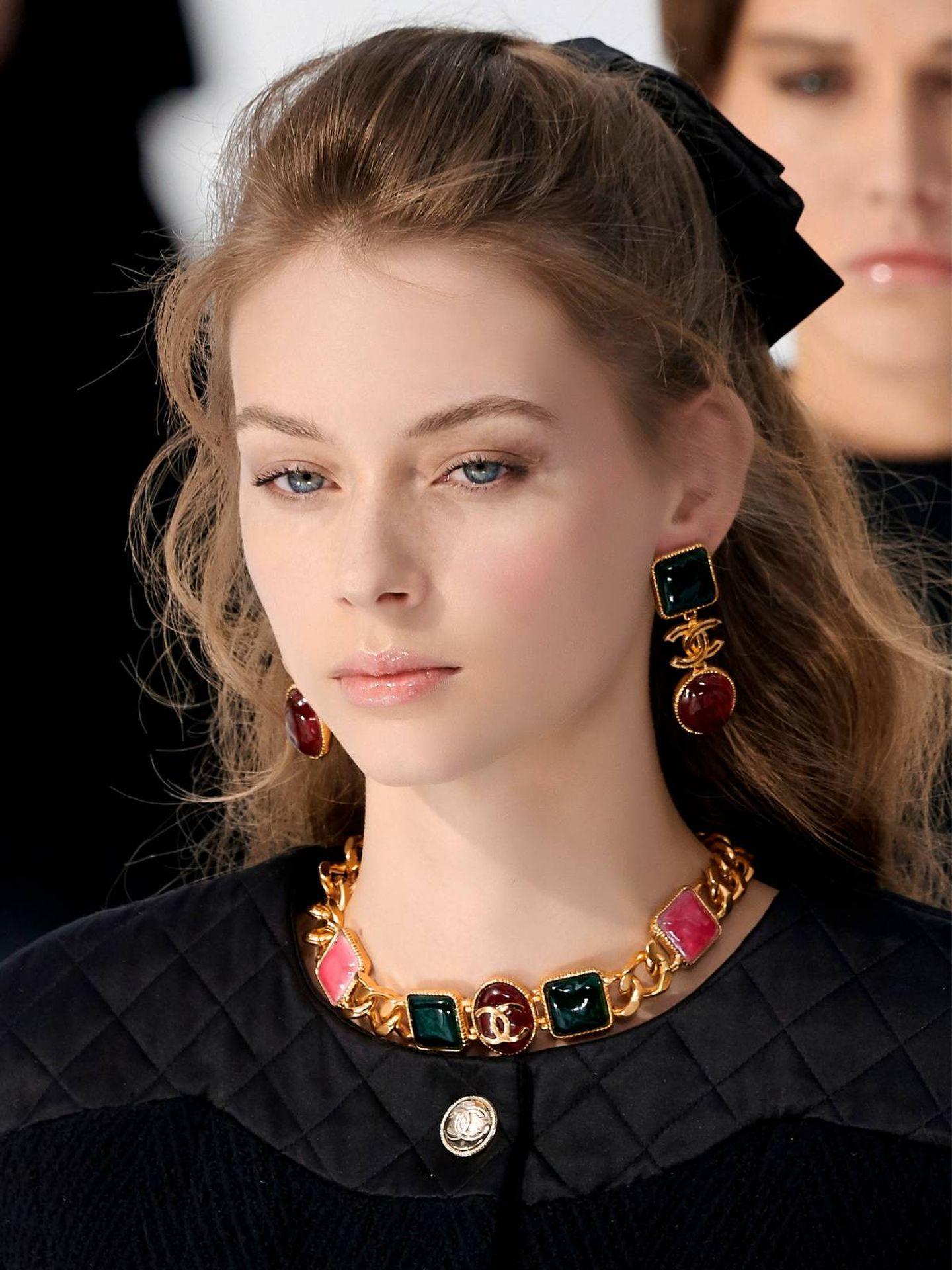 Modelo con semirrecogido noventero en el desfile de Chanel. (Imaxtree)