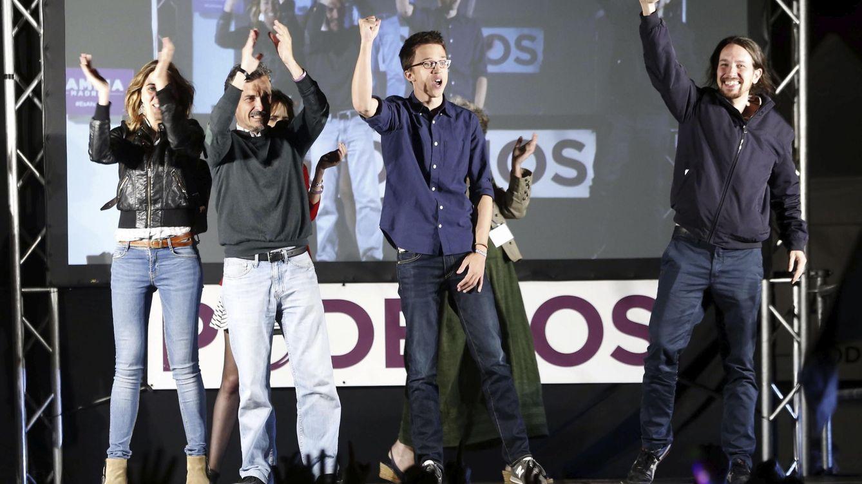 Foto:  Los dirigentes de Podemos Pablo Iglesias e Iñigo Errejón festejan los resultados junto al candidato a la Comunidad de Madrid, José Manuel López. (EFE)