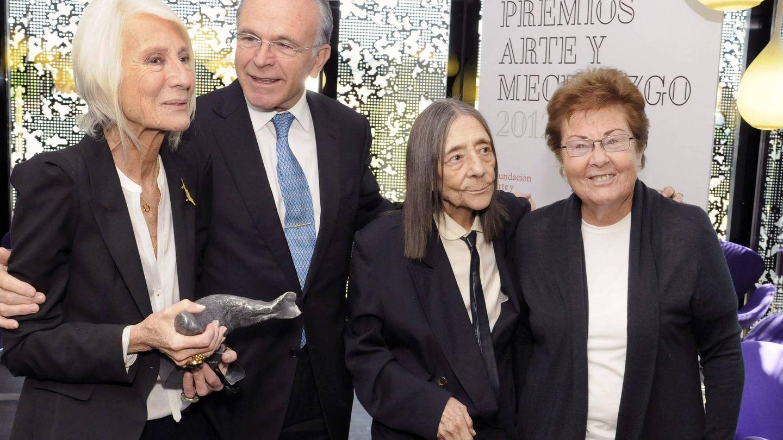 Helga Alvear, con Isidre Fainé, Soledad Lorenzo y Elena Asins. (EFE)