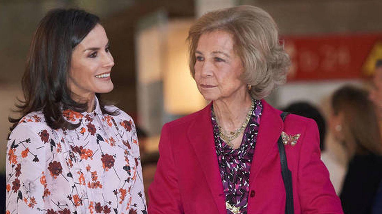 Doña Letizia y doña Sofía, en su visita al rastrillo Nuevo Futuro. (Limited Pictures)
