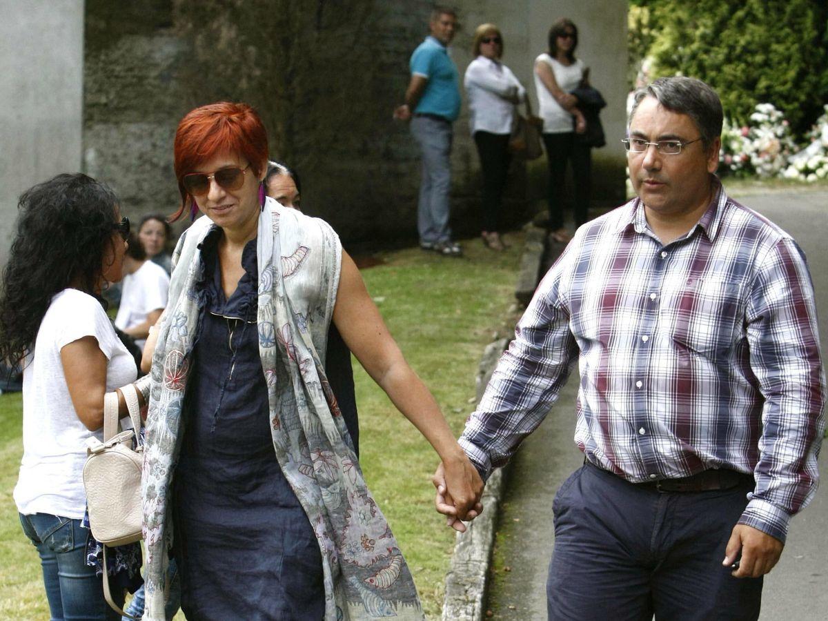 Foto: Sandra Ortega y su marido, en el entierro de Rosalía Mera, en 2013. (EFE)
