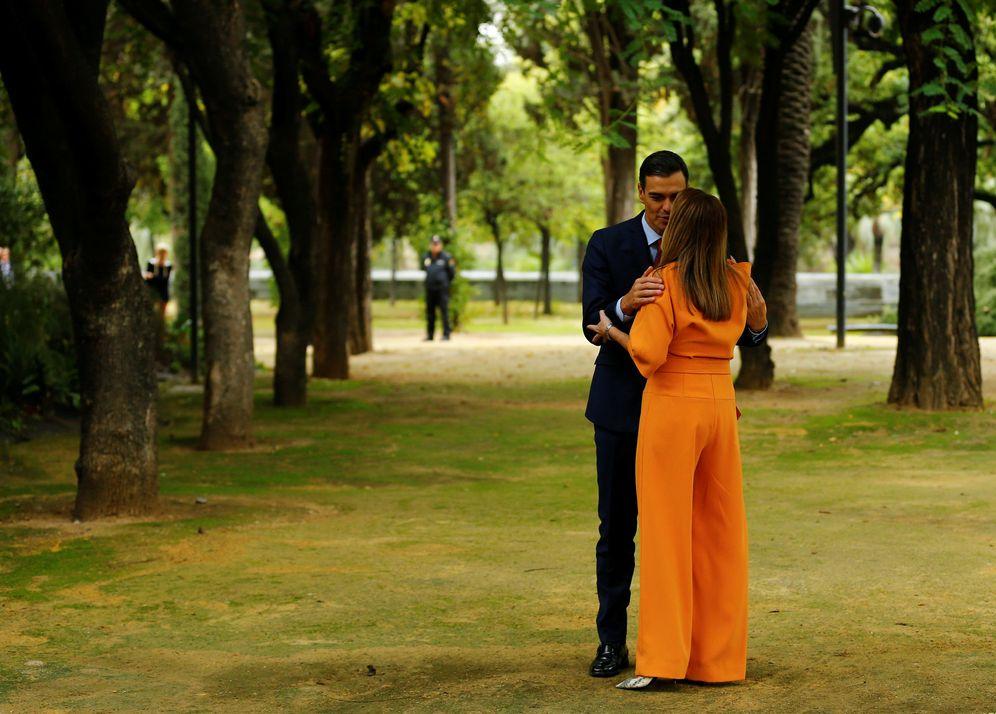 Foto: Susana Díaz recibe a Pedro Sánchez en los jardines del palacio de San Telmo, en Sevilla, tras la reunión del Consejo de Ministros, este 26 de octubre. (Reuters)