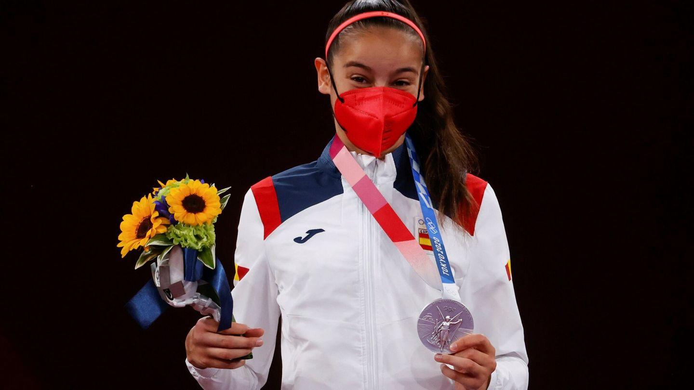 Adriana Cerezo posa con la medalla de plata en taekwondo. (EFE)