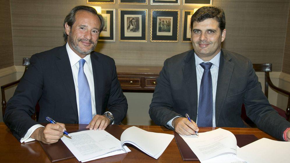 Foto: El presidente de Carbures, Rafael Contreras (d), durante la firma del acuerdo con Black Toro Capital. (Carbures Group, flickr)