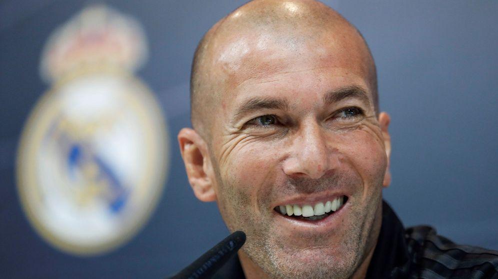 Foto: Zidane sonríe durante una de sus comparecencias como entrenador del Real Madrid. (Efe)
