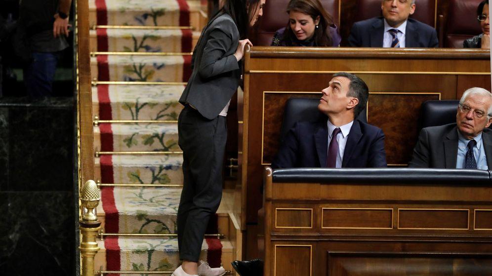 Foto: La portavoz de Unidos Podemos, Irene Montero (i), conversa con la diputada socialista Adriana Lastra durante el debate de totalidad de los presupuestos este martes en el pleno del Congreso. (EFE)