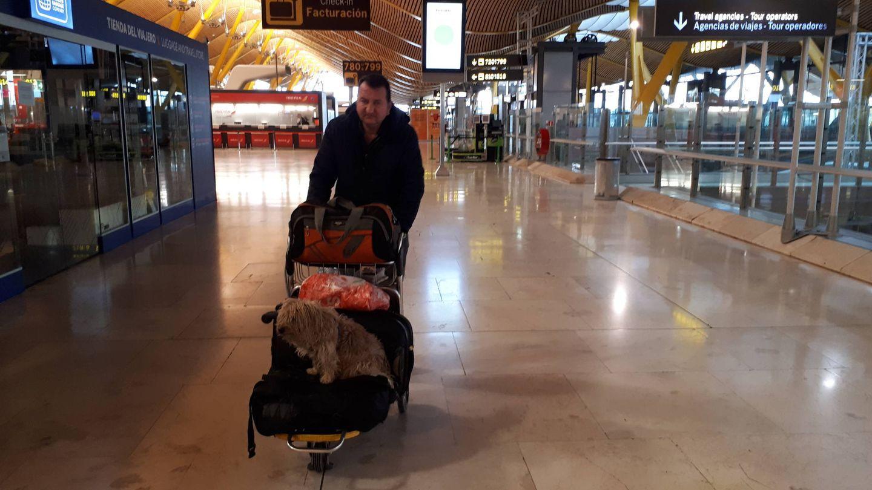 Gabi, un rumano de 42 años, con su perro Leo, abandona la terminal expulsado. (R. M.)