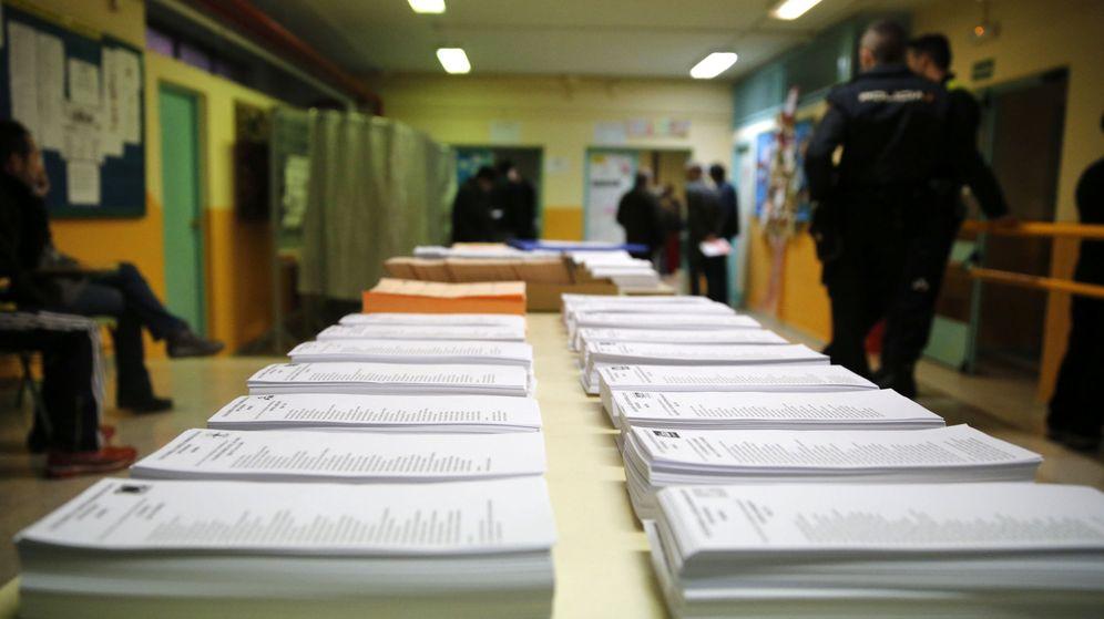 Foto: Papeletas de los diferentes partidos a Congreso y Senado en un colegio electoral del distrito de Carabanchel, en Madrid, el pasado 20 de diciembre. (EFE)