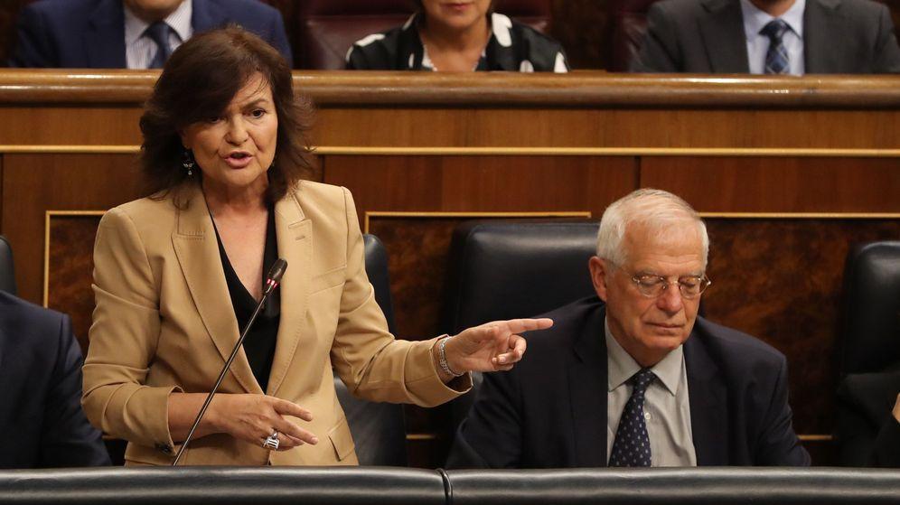 Foto: La vicepresidenta Carmen Calvo, junto al ministro de Asuntos Exteriores Josep Borrell, en el Congreso. (EFE)