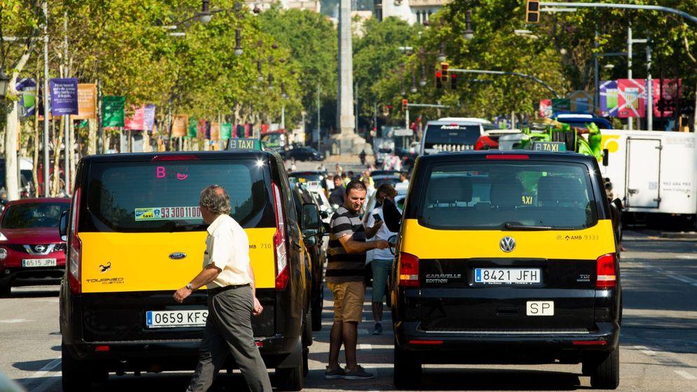 Foto: Los taxistas de Barcelona mantienen las concentraciones en el centro de la ciudad con motivo de la huelga. (EFE)