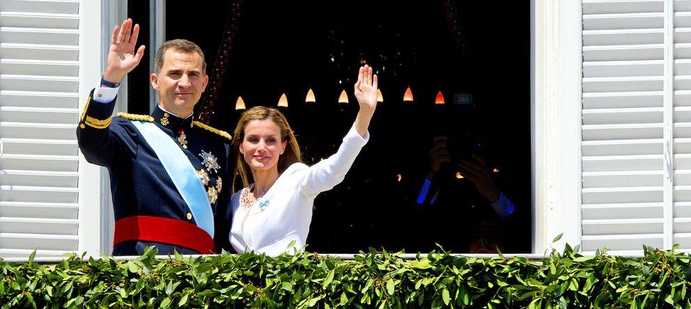 Foto: Los Reyes saludan desde uno de los balcones del Palacio Real. (GTres)