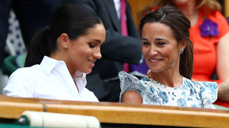 Pippa Middleton y Meghan Markle charlan en Wimbledon. (Reuters)
