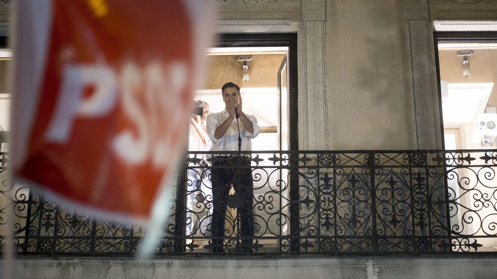 Foto: Pedro Sánchez saluda desde la sede socialista de la calle Ferraz, en Madrid (EFE)