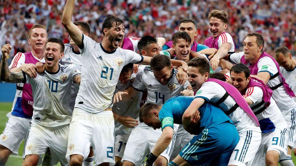 Foto: Los jugadores rusos celebran su victoria tras el partido España-Rusia, de octavos de final del Mundial. (EFE)