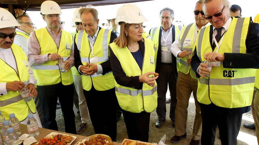 Foto:  La ministra de Fomento, Ana Pastor (c), junto al presidente de OHL, Juan Miguel Villar Mir (3i). (EFE)