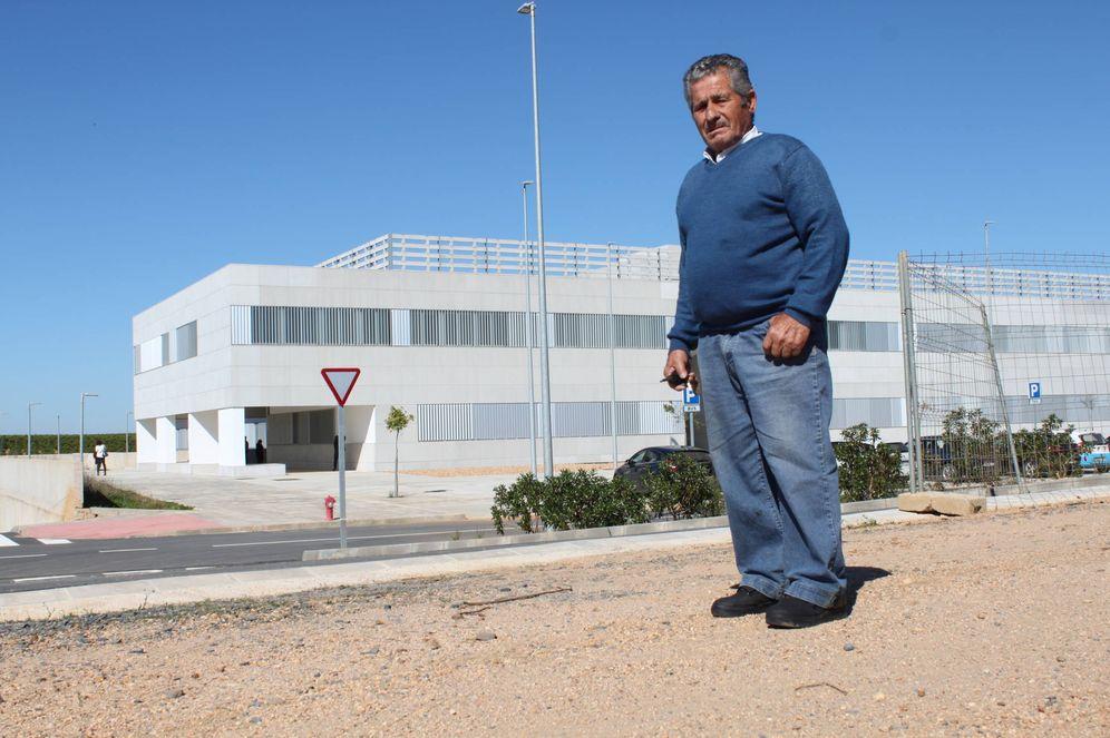 Foto: Un lepero en el camino de tierra que lleva al hospital (Á.V)