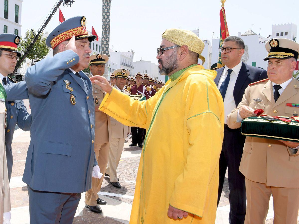 Foto: Un militar marroquí se cuadra ante el rey Mohamed VI. (MAP)