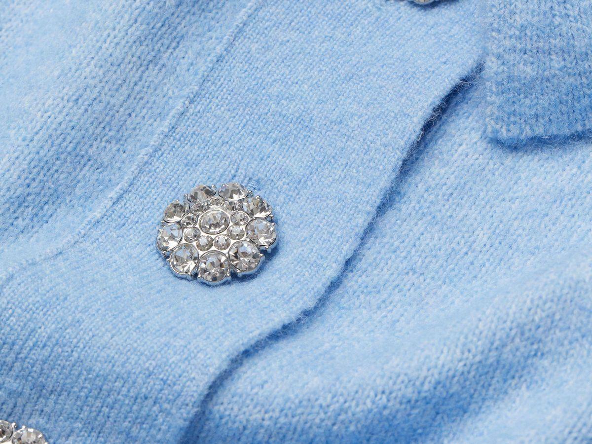Foto: Dale un giro estiloso a tus vaqueros con este top de punto con botones joya de HyM. (Cortesía)
